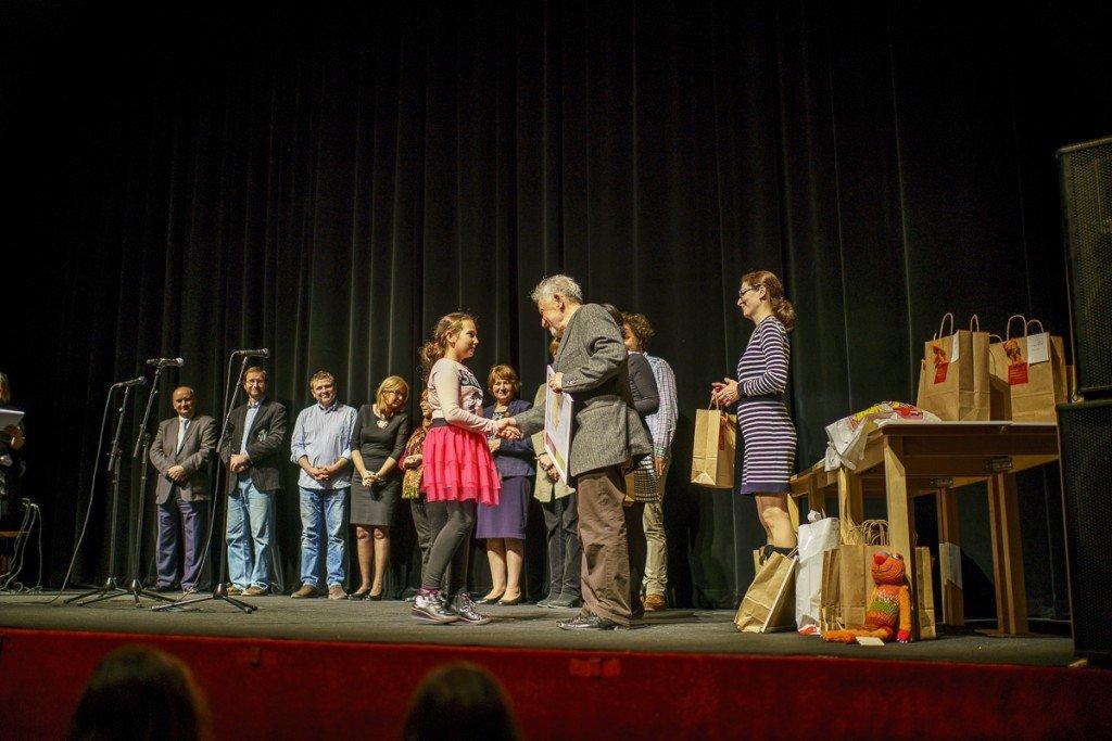 Pavel Dvořák odovzdáva ceny deťom za ich krásne kresby.