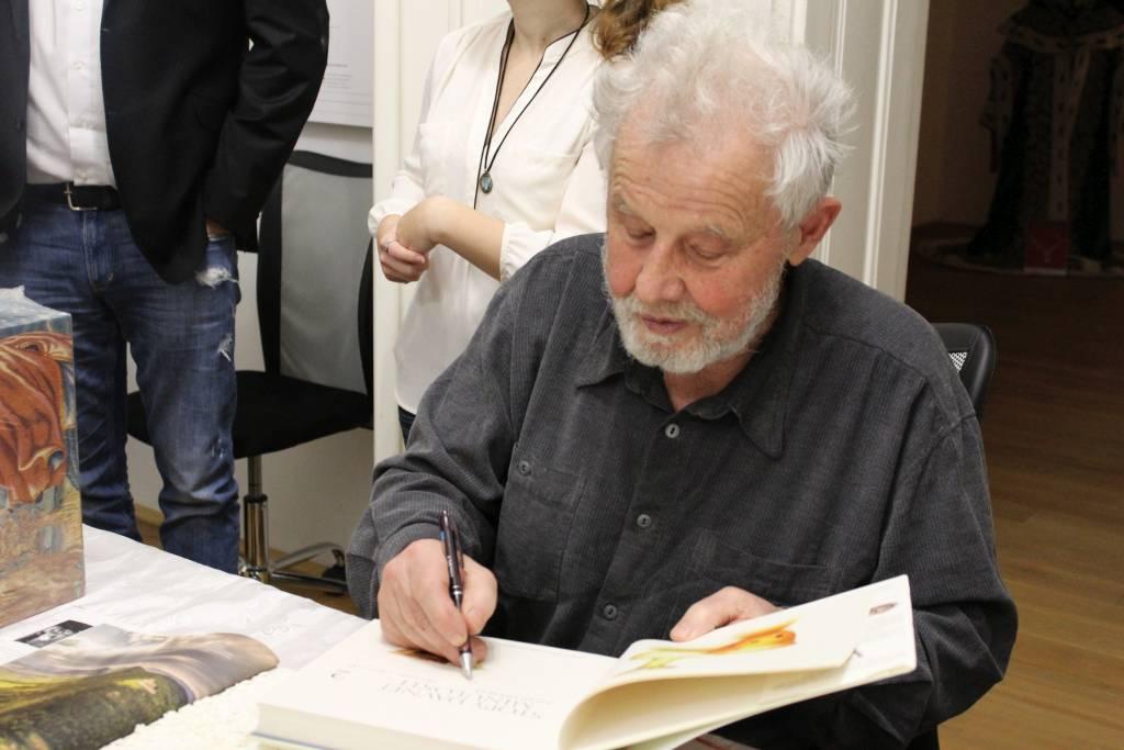 maestro-podpisuje-knihu